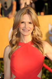 Kyra Sedgwick attended the 18th Annual SAG Awards wearing her long hair with a causal center part and in long feathery waves.