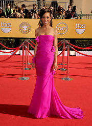 TV hostess Shaun Robinson is loving this bright color trend. For the SAG Awards, the seemingly ageless beauty let this draped fuchsia gown with a cascading train do all the talking. A half-up 'do showcased a pair of knockout gold earrings.