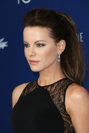 Kate Beckinsale embraced pastels for her beauty look, pairing blue eyeshadow with pink lipstick.