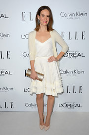 Sarah Paulson added a touch of shimmer to her outfit with this light champagne metallic clutch.