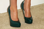 Cobie Smulders chose a pair of patent leather forest green pumps for her look at Elton John's Oscar Viewing Party.