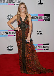 Sheryl Crow wears a floor length print dress with an Indian inspired motif to the American Music Awards.