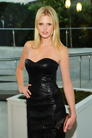 Lara kept her long blond locks simple by donning a classic center part.