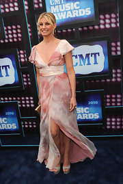 Faith Hill showed up on the CMT Awards donning a soft pink dress and peep toe pumps.