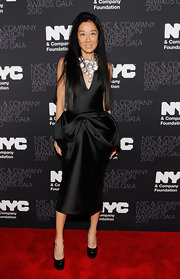 Vera looks like she stepped right off the runway in this fantastic take on the little black dress. Her long black hair was worn down. She donned a dramatic sparkling statement necklace and stacked black pumps.