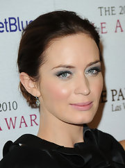 Emily Blunt paired her rosy cheeks with soft jewel tone shadow in a shimmering, metallic shade.