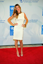 Gisele topped off her look with classic nude pumps.