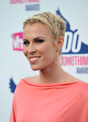 Natasha Bedingfield attended the 2012 VH1 Do Something Awards wearing gunmetal gray and dark silvery shades of eyeshadow.