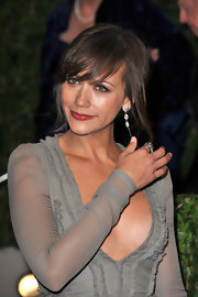 Rashida Jones hit an alluring note with these long dangle earrings.