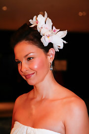 Ashley looked luminous with fresh orchids in her hair. The feminine florals complemented her springy white ensemble.