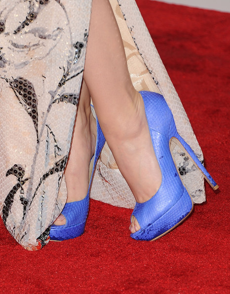 More Pics of Katy Perry Wedding Band (4 of 41) - Wedding Rings Lookbook - StyleBistro [footwear,blue,human leg,leg,cobalt blue,ankle,high heels,shoe,electric blue,foot,arrivals,katy perry,american music awards,los angeles,california,nokia theatre l.a. live]