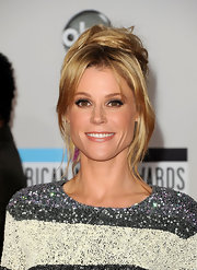 Julie Bowen wore her hair in a cute and casual bobby pinned updo at the 2011 American Music Awards.
