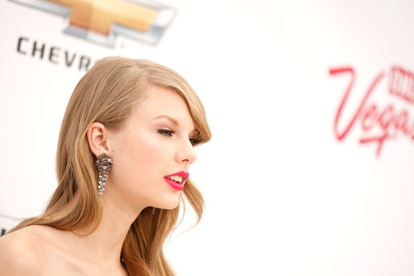 More Pics of Taylor Swift Dangling Gemstone Earrings (3 of 19) - Taylor Swift Lookbook - StyleBistro