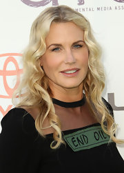 Daryl Hannah kept her look casual for the 2011 Environmental Media Awards. She kept her hair long and wavy and her makeup minimal to enhance her natural beauty.
