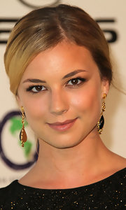 Emily VanCamp kept her makeup super soft at the 2011 Environmental Media Awards. She accented her eyes with a subtle sweep of neutral shadow and added just a hint of moisturizing lip gloss.