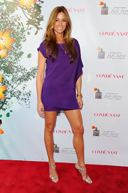 Kelly was lovely in a plum silk shift dress for the FiFi Awards red carpet.