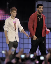 Justin donned a cream blazer with a tee and jeans for his on stage ensemble at the MuchMusic Awards.