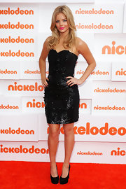 Samara Weaving strutted down the red carpet of the Nickelodeon Kids' Choice Awards in a sequined little black dress.