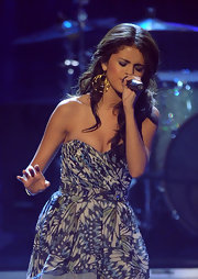 "Selena wore fantastic gold ""Polki Allure Hoops"" for her performance at the People's Choice Awards."