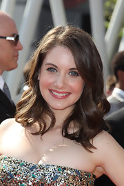 Alison Brie sweetened up her Emmys look with these bouncy waves.
