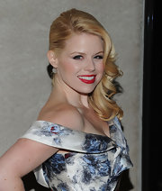 Megan Hilty wore her flaxen tresses in sexy, side-swept curls at the 2011 Rockefeller Center Christmas Tree lighting ceremony.