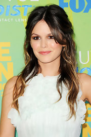 Rachel paired her white dress with a tousled ombre 'do.