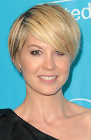 Jenna Elfman wore her adorable, casually tousled 'do with side-swept bangs at the 2011 UNICEF Ball.