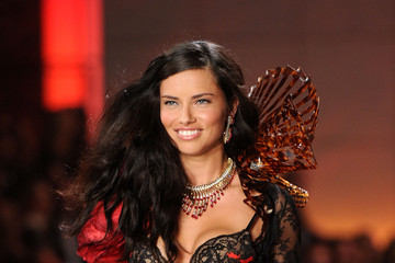 Adriana Lima is the Queen of the Victoria's Secret Fashion Show 2011, Pictures