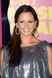 Sara Evans looked pretty in a simple low ponytail at the CMT Music Awards.