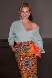 Simona Ventura looked oh-so-fashionable in her pastel blue kimono top and printed skirt.