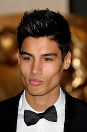 Siva Kaneswaran's swankified his tux with a sexy and sleek bow tie.