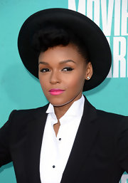 Janelle Monae's look at the MTV Movie Awards was all about the fuchsia lips!