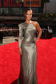 Alicia looked statuesque in her silver strong-shouldered gown at the MTV Movie Awards.
