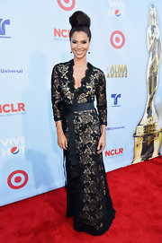Roselyn looked classic in this bowed lace gown at the ALMA Awards.