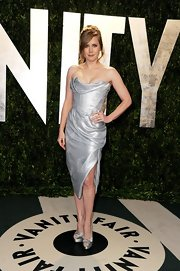 Amy Adams sizzled in silver, accessorizing her look with satin peep-toe pumps.