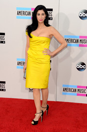 Sarah Silverman showed her more glamorous side in a bright yellow one-shoulder dress by Lela Rose at the American Music Awards.