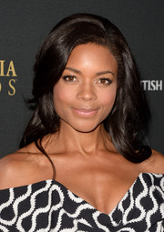 Naomie Harris looked stunning at the BAFTA LA Brittania Awards wearing her hair in a retro-glam wavy style.