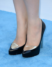 Carly Rae Jepsen chose a pair of black pumps with a gold detail on the toes for her look at the 2013 Billboard Music Awards.
