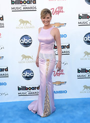 Jennifer Nettles opted for a blush-colored sleeveless dress with gold and silver embellishments on the skirt for her fun and feminine look at the Billboard Music Awards.