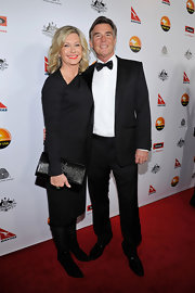 Olivia Newton-John matched her all-black ensemble with a leather purse.