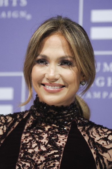 Jennifer Lopez looked breathtaking at the HRC National Dinner with her romantic loose ponytail.