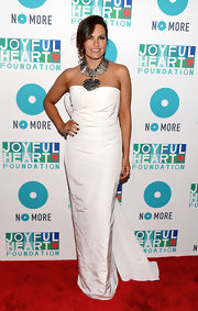 Mariska Hargitay chose a crisp white column-style gown with a long train for her elegant red carpet look at the Joyful Heart Foundation Gala.