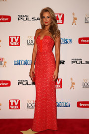 Laura Dundovic chose a stunning strapless lace gown for her simple but chic red carpet look.