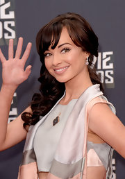A nude lip topped off Ashley Rickards red carpet beauty look at the 2013 MTV Movie Awards.