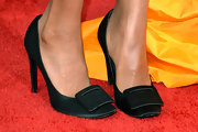 Black satin pumps with oversized buckles topped off Kerry Washington's super-chic red carpet look.