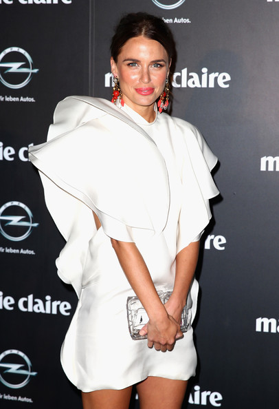 Jodi Gordon sported a white cocktail dress with fun, abstract sleeves.