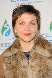 Maggie Gyllenhaal wore her adorable pixie in a slightly messy fashion to give her a casual and chic evening look.