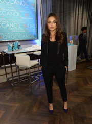 Mila Kunis' black pantsuit featuring leather lapels was a perfect mix of edgy and chic.