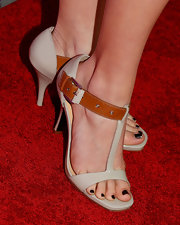 Andrea Bowen showed off her perfectly painted pedicure with these nude sandals with adorable buckle detailing.