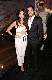 Sara Sampaio completed her outfit with a pair of white ruffle-waist pants, also by Osman.